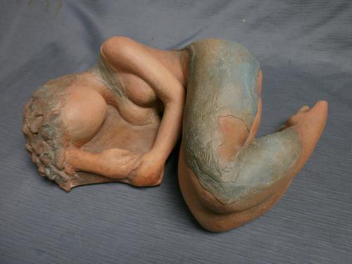Femme couchée sur oreiller ,terre patinée...
