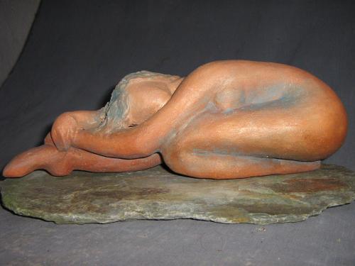 Danseuse au repos socle pierre...exposée Galerie Le Passeur d'art.