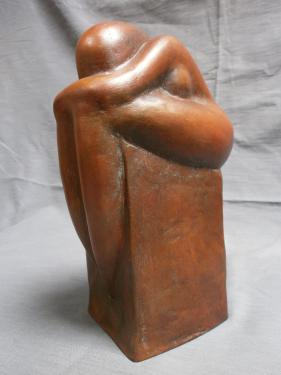 Femme en repli sur socle terre :dimensions : H 24 x L 14 cm.exposée le Passeur d'art à Libourne.