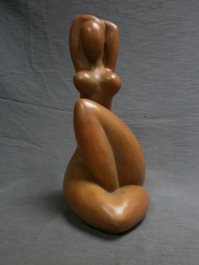 Femme assise stylisée bras relevés...