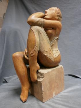 Femme assise pensive, socle pierre